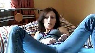 Horny sexy brünette masturbiert auf ihrem Bett