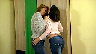 Lezzy jeans kisses